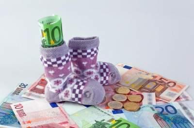 КСУ оправдал отмену пособия по уходу за ребенком