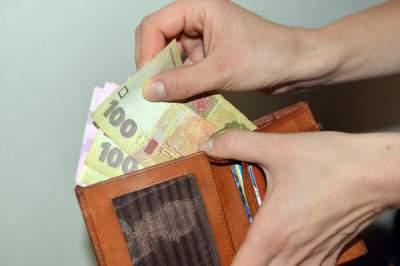Стало известно, на сколько за год выросла заработная плата в Украине